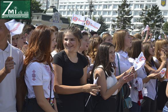 Черкаські школярі запалювали на Соборній площі (ФОТО, ВІДЕО)