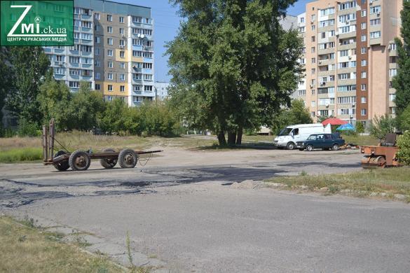 У Черкасах латають чергову вщент розбиту дорогу (фотофакт)