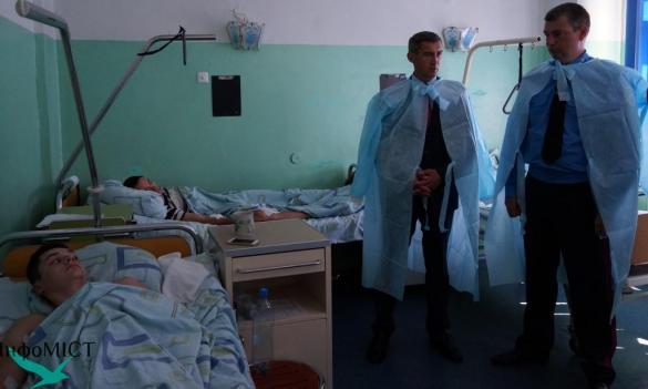 Поранених правоохоронців навідали Пустовар з Ткаченком (ФОТО)