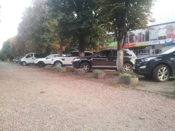 Біля черкаського магазину водії паркуються як коні (ФОТО)