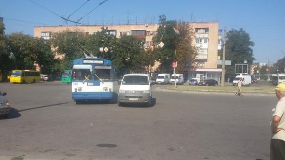 Бидло-водій перегородив машиною рух тролейбусу (ФОТО)