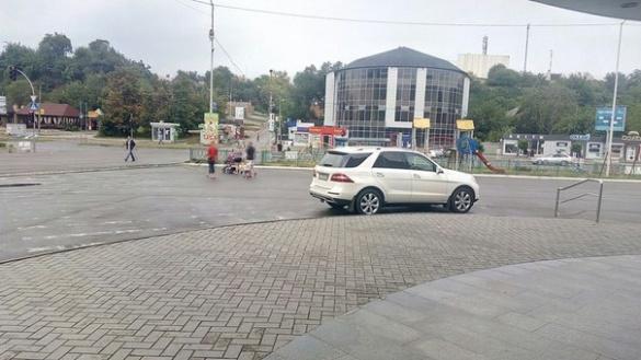 На пішохідному переході біля черкаського супермаркету припаркувався