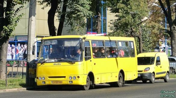 Водій черкаської маршрутки мало не збив дівчат