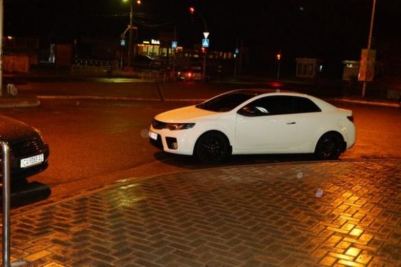 Бидло біля черкаського супермаркету знову припаркувалось на пішохідному переході