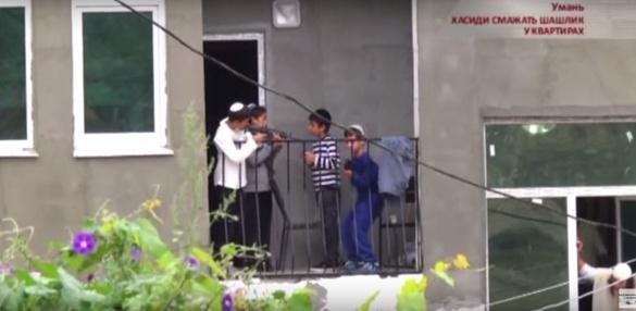На Черкащині п'яні хасиди напали на сім'ю, у якої орендували житло (ВІДЕО)