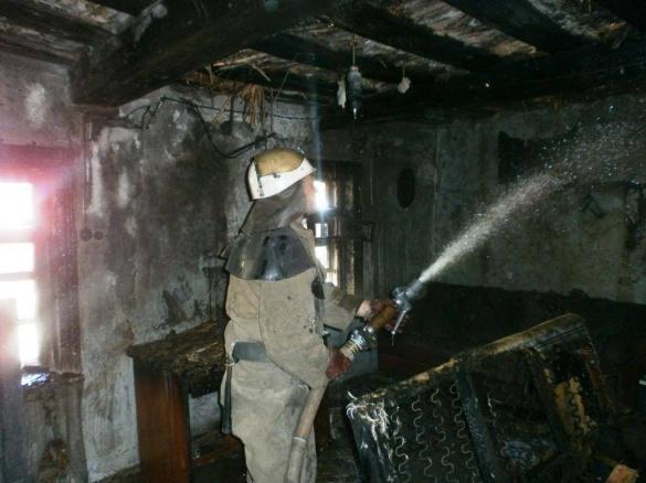 На Черкащині через пустощі з сірниками мало не згорів будинок багатодітної сім'ї (ФОТО, ВІДЕО)