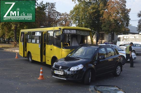 У центрі Черкас аварія: маршрутка зіштовхнулася з авто (ФОТО)