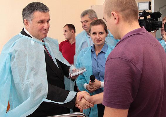 Поранених черкаських правоохоронців навідав Арсен Аваков (ФОТО, ВІДЕО)