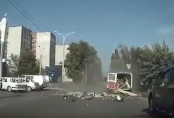У Черкасах сталася ДТП: від удару мікроавтобус перевернувся посеред дороги (ВІДЕО)