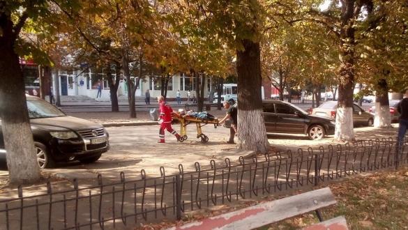 З середмістя Черкас швидка забрала літню жінку (фото)