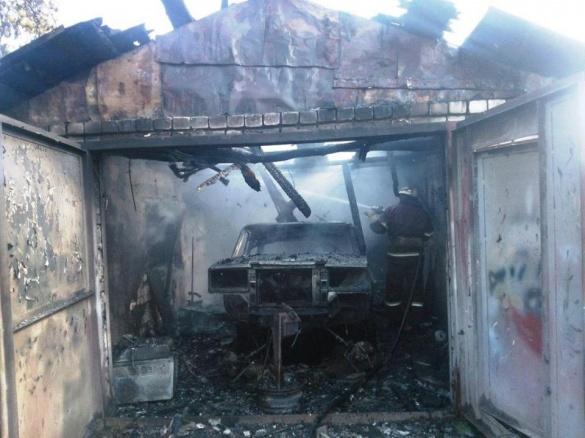 У Каневі разом з гаражем повністю згоріла і машина