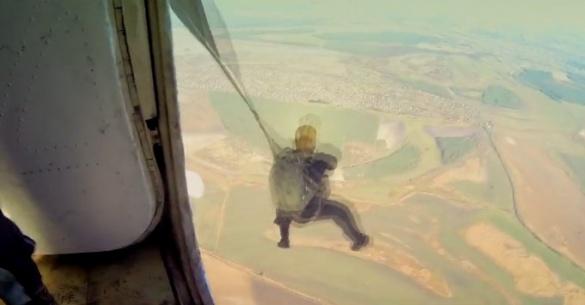 Черкащина як на долоні: черкаський фотограф зафільмував стрибок з парашутом (ВІДЕО)