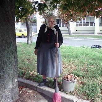 У Черкасах 81-річна бабуся працює прибиральницею, щоб допомогти онуку