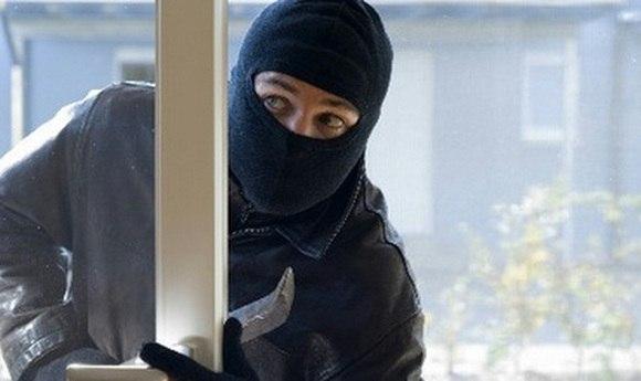 Грабіжники винесли з квартири черкащанки комбайн, зарядне і наволочку