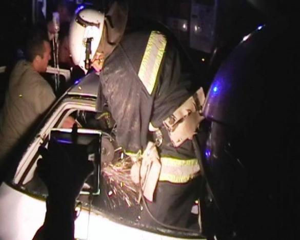 Після зіткнення з відбійником черкащан довелося визволяти з понівеченого авто (ВІДЕО)