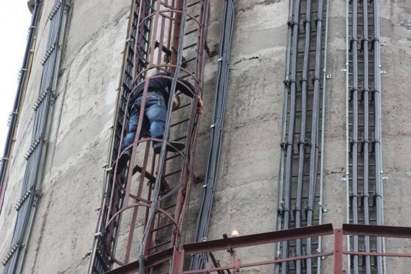 У Черкасах молодик хотів стрибнути зі 120-метрової труби (ВІДЕО)