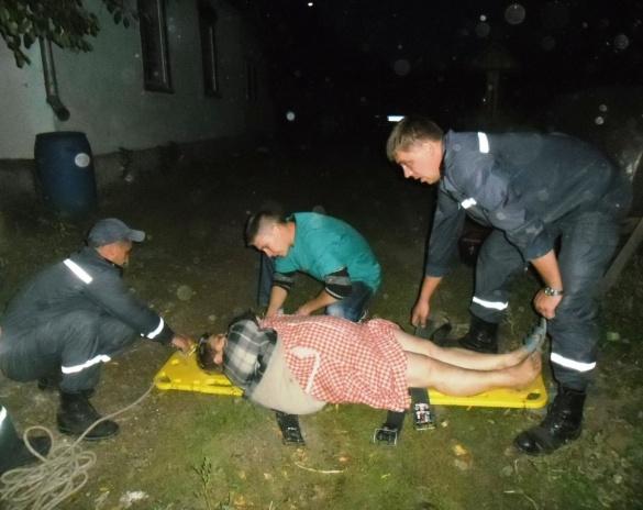 На Черкащині рятувальники діставали жінку з чотириметрового погреба