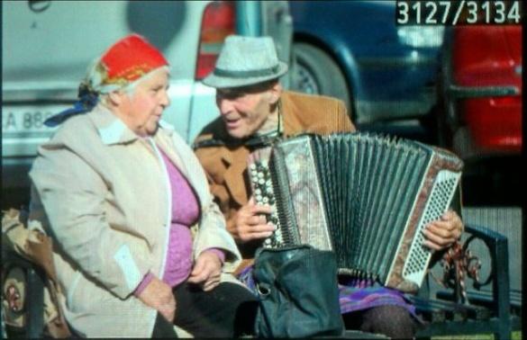 Дідусь та бабуся в центрі Черкас кожного ранку співають (ВІДЕО)