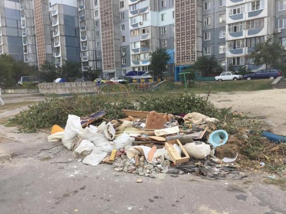Черкащани скаржаться на безкультурних сусідів (ФОТО)