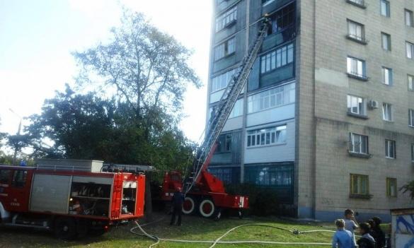На Черкащині горіла квартира: рятувальники евакуювали людей (ФОТО, ВІДЕО)