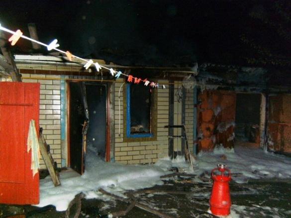 Черкаські рятувальники до ранку гасили пожежу в дворі (ФОТО)