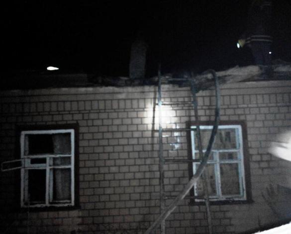 На Черкащині рятувальники витягли літню жінку з палаючого будинку