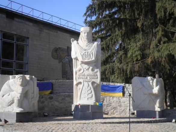 У Тальному відкрили пам'ятник Героям Небесної сотні