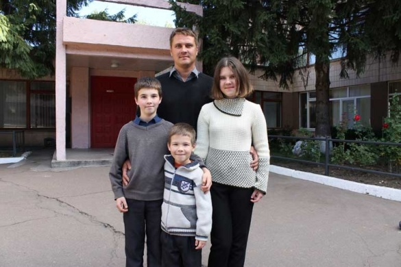 Батько-одинак: на Черкащині чоловік виховує трьох дітей