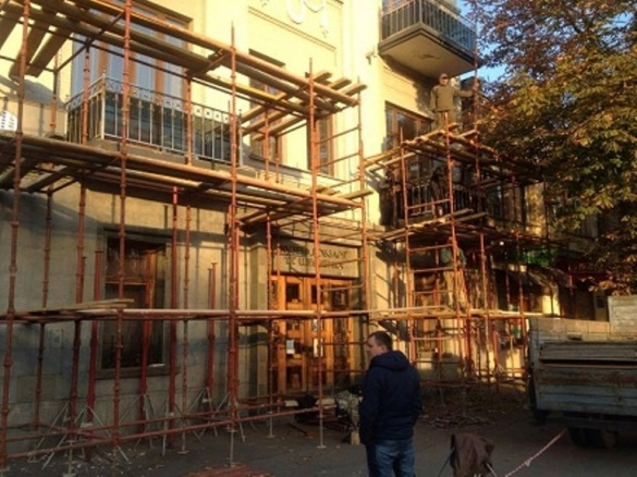 У Черкасах на Хрещатику реставрують балкони (фотофакт)