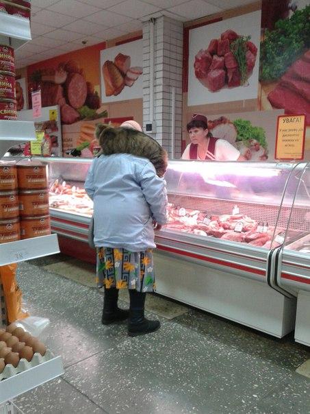 У черкаському магазині можна побачити легендарних героїв жартів про бабусю і кота (ФОТО)