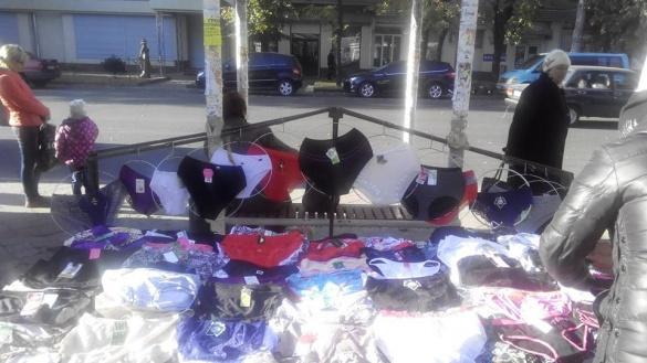 На зупинці в центрі Черкас вже продають спідню білизну