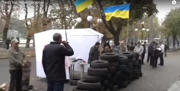 У Черкасах активісти із шинами пікетують прокуратуру (ВІДЕО)