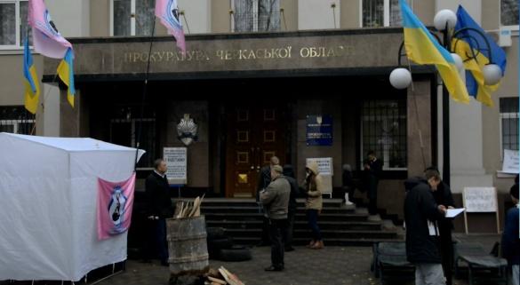 Під стінами обласної прокуратури протестують злочинці?