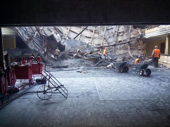 У Черкаському драмтеатрі на робітника впала частина плити