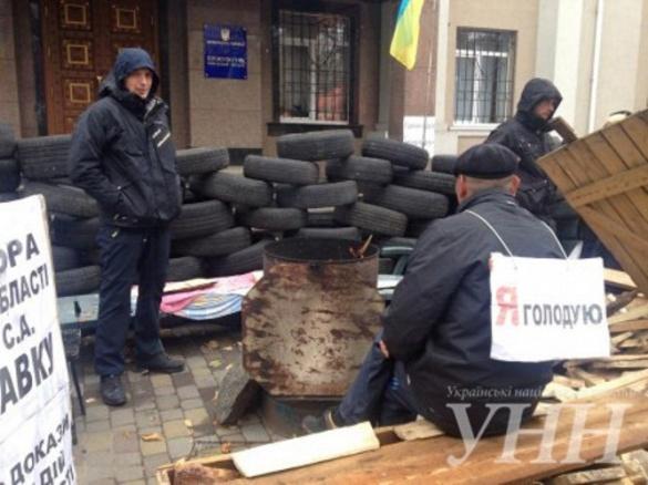 Активісти під стінами прокуратури гріються біля багаття