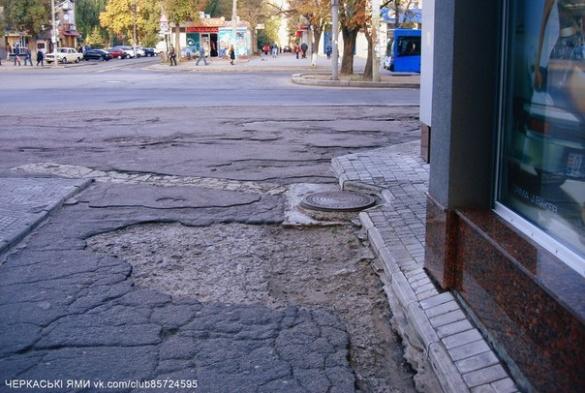 У мережі плачуть через відсутність дороги у центрі Черкас (ФОТО)