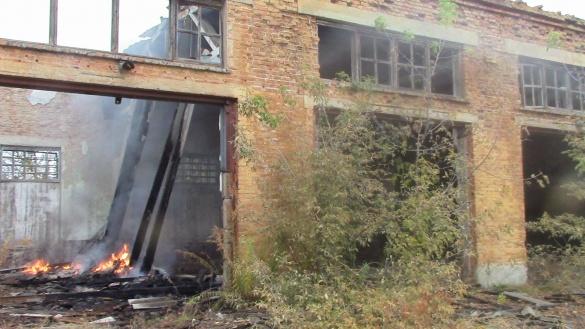 У мережі з'явилися фото сьогоднішньої пожежі на колишній військовій частині