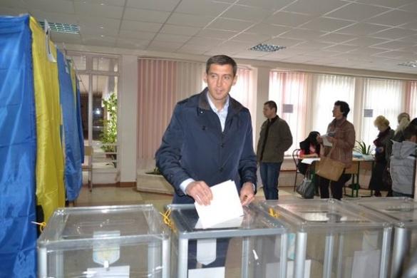 Черкаський губернатор вже проголосував (ФОТО)