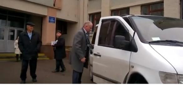У Черкасах зафіксували автобуси, які привозять людей на дільницю