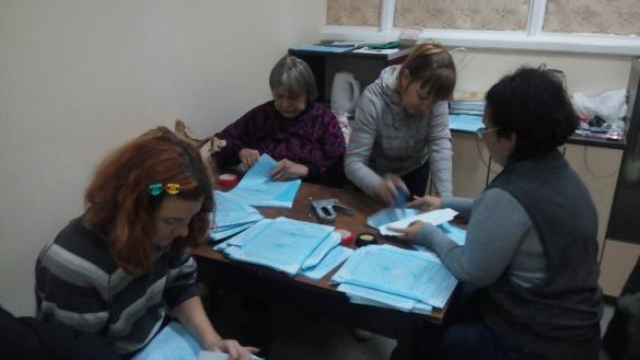 У Черкасах члени ДВК у кулуарах рахують і штампують бюлетені