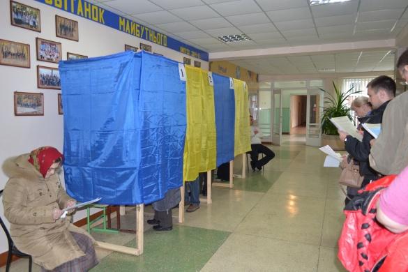 Вибори у Черкасах: як голосують містяни і посадовці