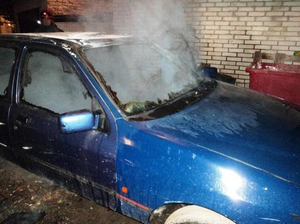 На Черкащині в одному з дворів загорівся автомобіль