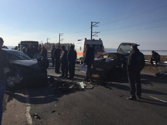 На черкаській дамбі зіткнулися дві автівки, загинув чоловік (ФОТО)