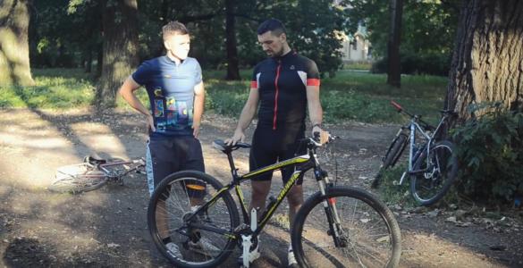 Черкаській журналіст показав як правильно їздити на велосипеді