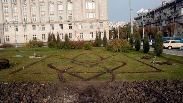 На Соборній площі Черкас з'явився герб України (фотофакт)