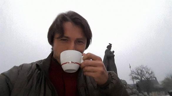 Сергій Притула випив кави біля пам'ятника у Черкасах (фотофакт)