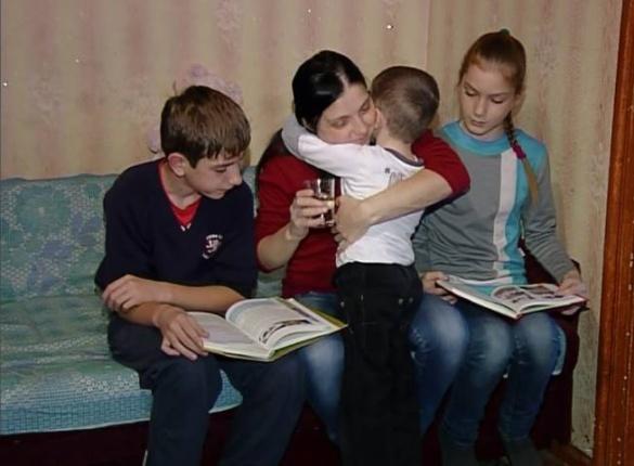 У Черкасах троє дітей просять врятувати їхню маму