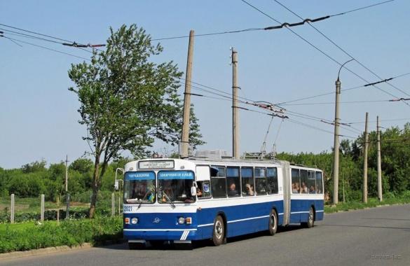 У Черкасах хлопця ледь не збив тролейбус під час запису привітання (ВІДЕО)