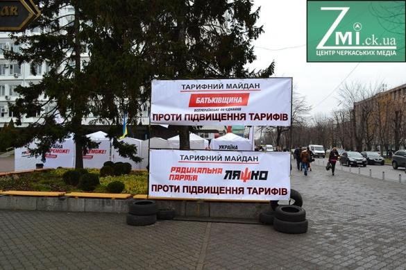 У Черкасах із шинами мітингують проти високих тарифів (ФОТО)