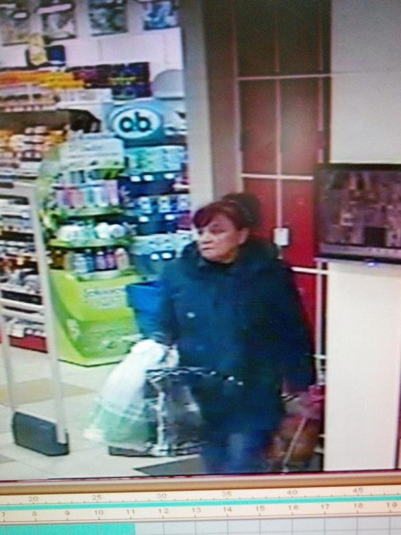У Черкасах розшукують крадійку, яка поцупила речі у магазині